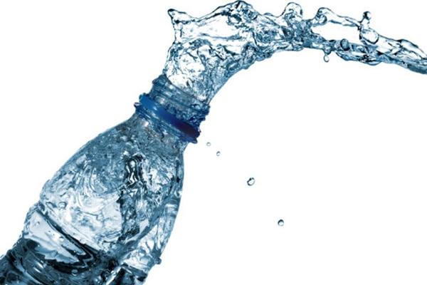 Τρόμος με τα εμφιαλωμένα νερά: Περιέχουν μικροσκοπικά κομματάκια πλαστικού!