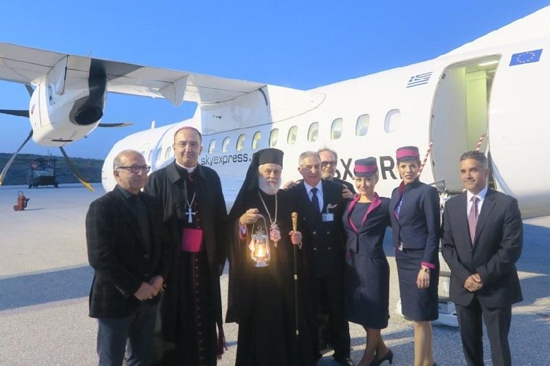 Σε κλίμα κατάνυξης η υποδοχή του Αγίου Φωτός στη Σύρο, με ειδική πτήση της Sky Express