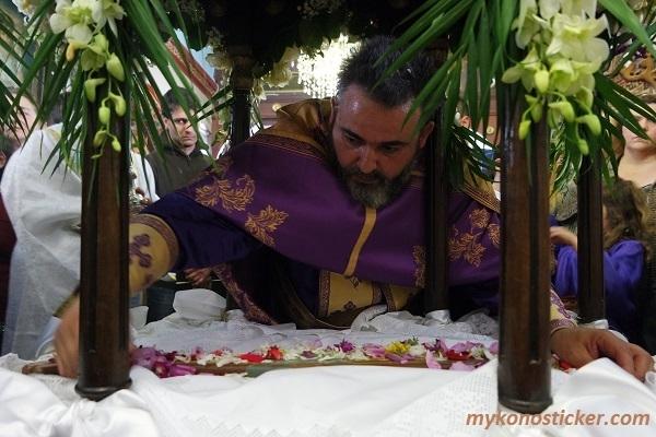 Η Ακολουθία των Μεγάλων Βασιλικών Ωρών και της Αποκαθήλωσης στην Αγία Κυριακή Μυκόνου (Εικόνες+videos)