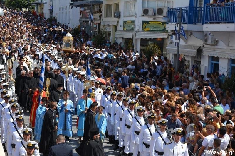 Πρωτοφανής προσέλευση προσκυνητών στην Τήνο για να τιμήσουν την εορτή της Κοιμήσεως και να ζητήσουν τη Χάρη και την Ευλογία Της