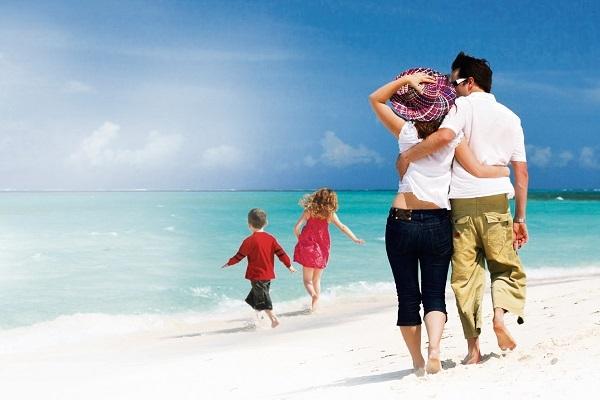 «Eίναι οι πρώτες διακοπές σε νησί που θα κάνουμε με τα δύο προσχολικής ηλικίας παιδιά μας. Τι χρειάζεται να πάρουμε μαζί για να αντιμετωπίσουμε τυχόν απρόοπτα;»